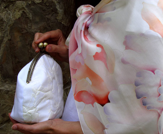 Bag_and_scarf_of_the_bride